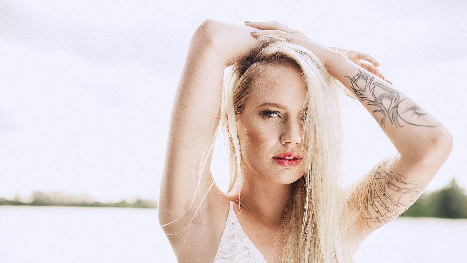 photos de tatouages pour femmes de fleur