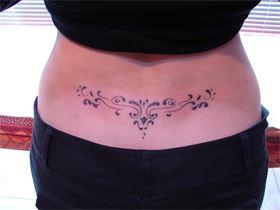 tatouage bas du dos femme fleur