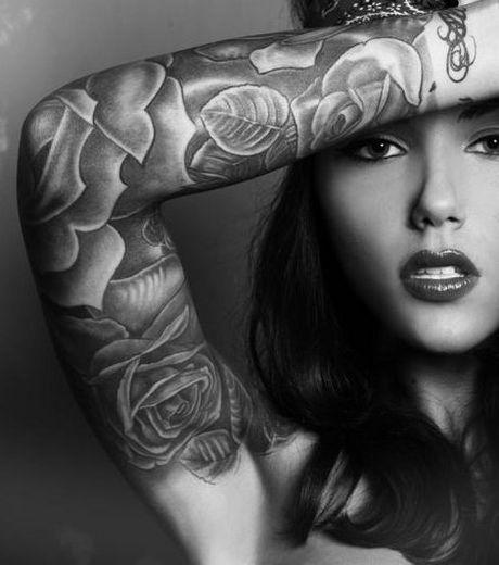 tatouage bras femme noir et blanc mod les et exemples. Black Bedroom Furniture Sets. Home Design Ideas