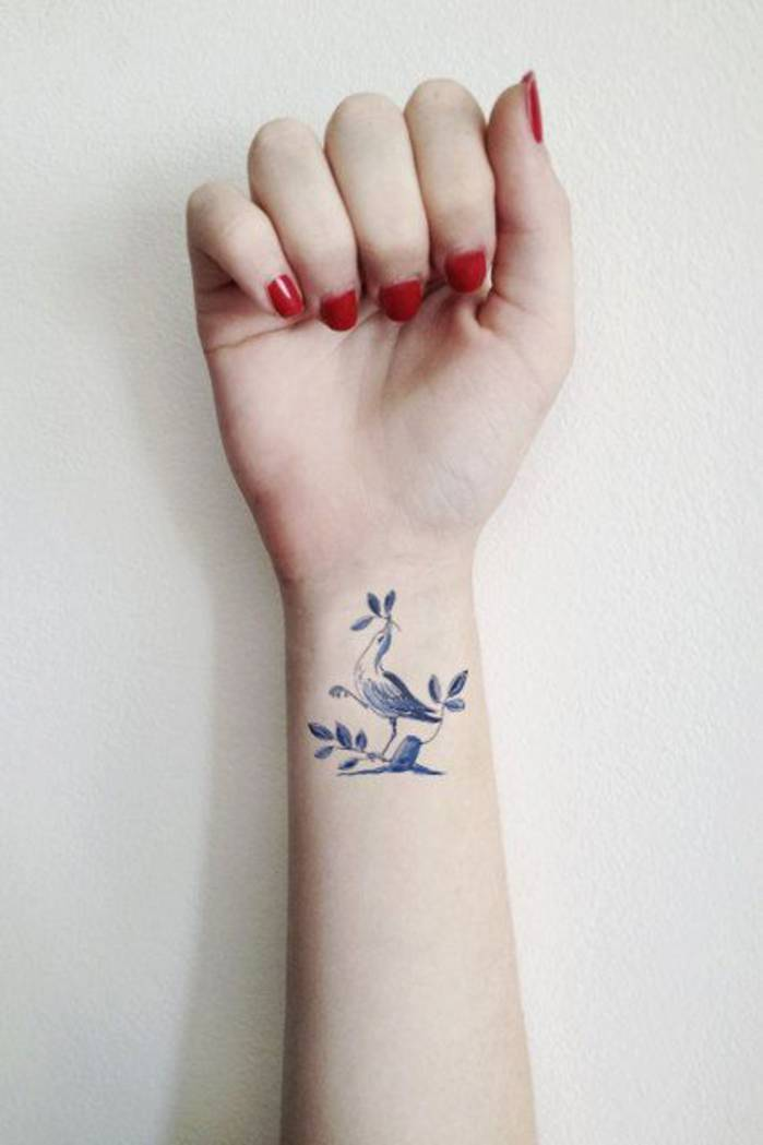 tatouage discret au poignet femme