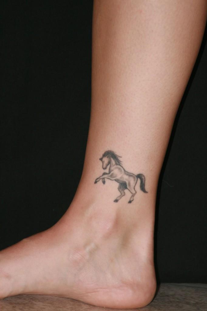 tatouage discret cheval