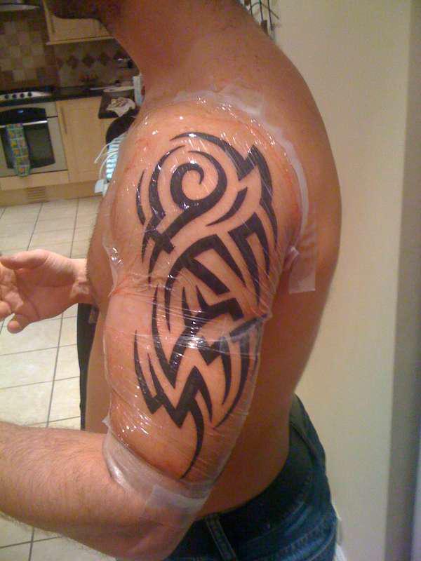 Tatouage paule bras tribal mod les et exemples - Tatouage tribal epaule ...