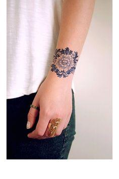 tatouage fleur au poignet