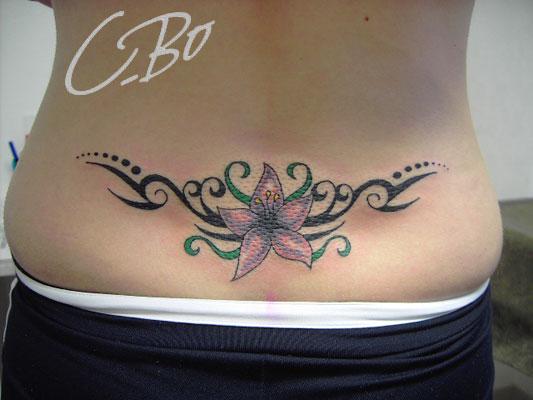 tatouage fleur bas du dos femme mod les et exemples. Black Bedroom Furniture Sets. Home Design Ideas