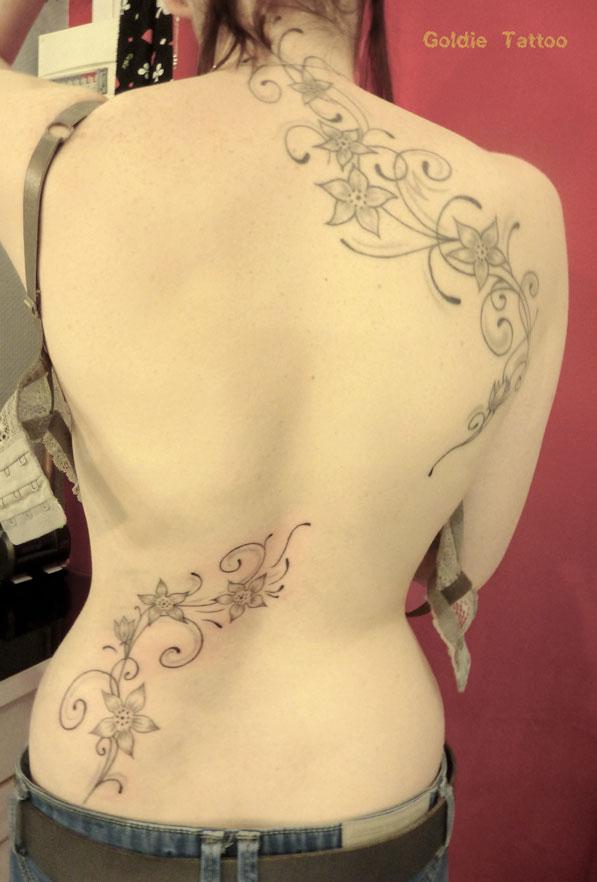 tatouage fleur grimpante dos