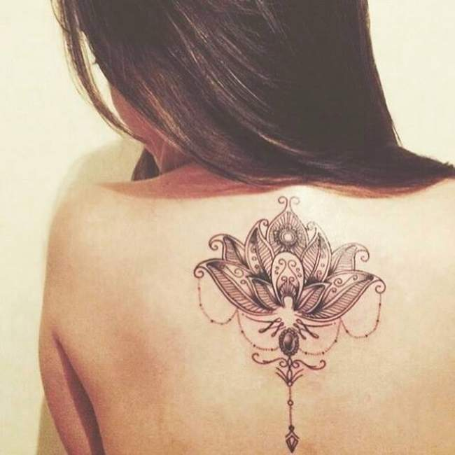 tatouage fleur lotus tribal