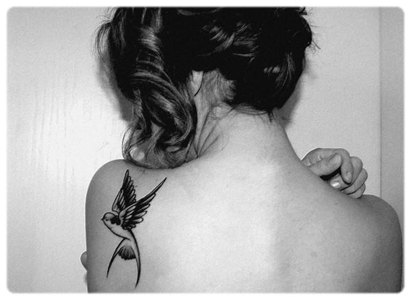 Tatouage hirondelle paule mod les et exemples - Tatouage oiseau signification ...