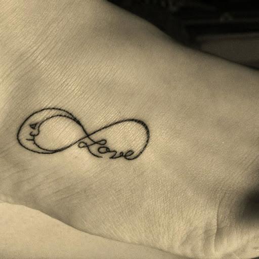 tatouage infini sur le pied