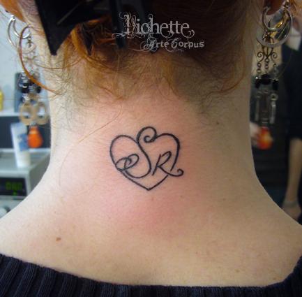 Tatouage initiale dans la nuque mod les et exemples - Tatouage coeur avec initiale ...