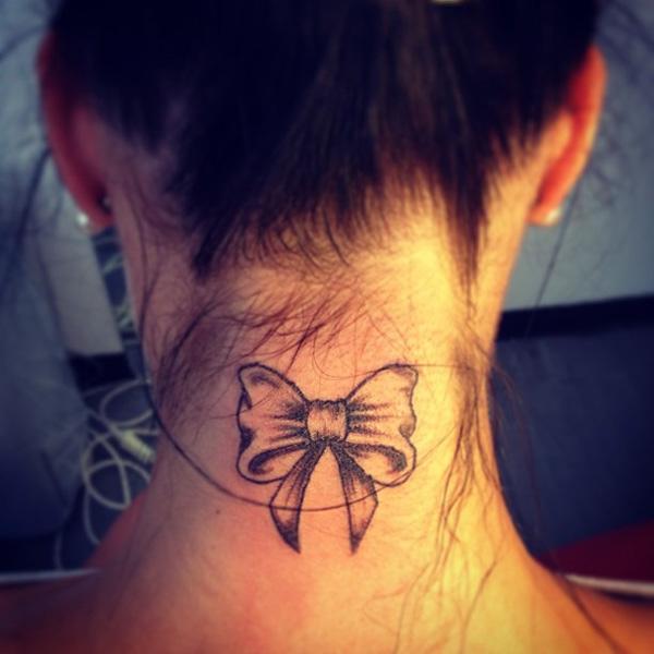 Tatouage noeud papillon nuque