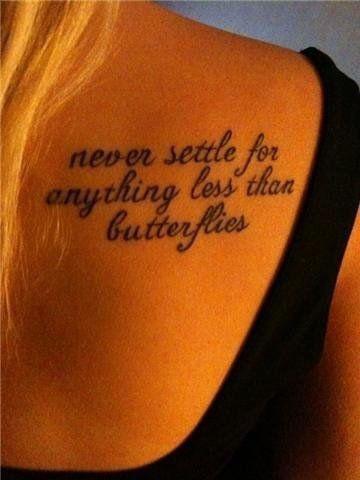 tatouage omoplate femme ecriture | tuer auf