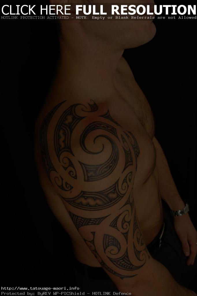 tatouage omoplate pour homme
