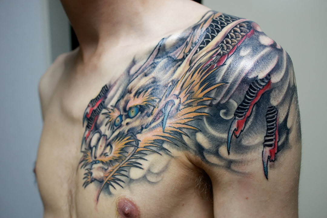 tatouage pectoraux fait mal
