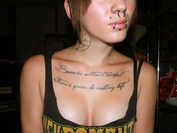 Tatouage Phrase Femme Poitrine Modeles Et Exemples