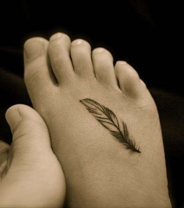 tatouage pied femme plume mod les et exemples. Black Bedroom Furniture Sets. Home Design Ideas