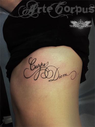 tatouage poignet femme carpe diem