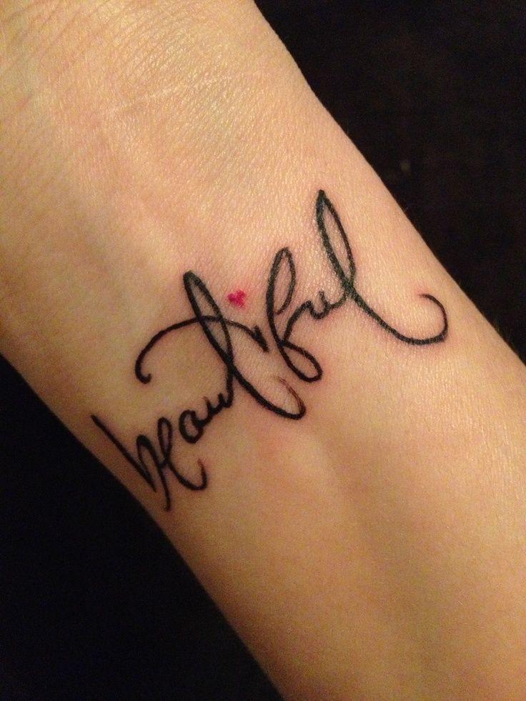 tatouage poignet prenom calligraphie