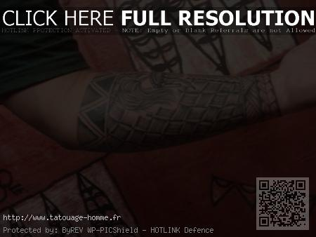 tatouage polynésien avant bras bracelet