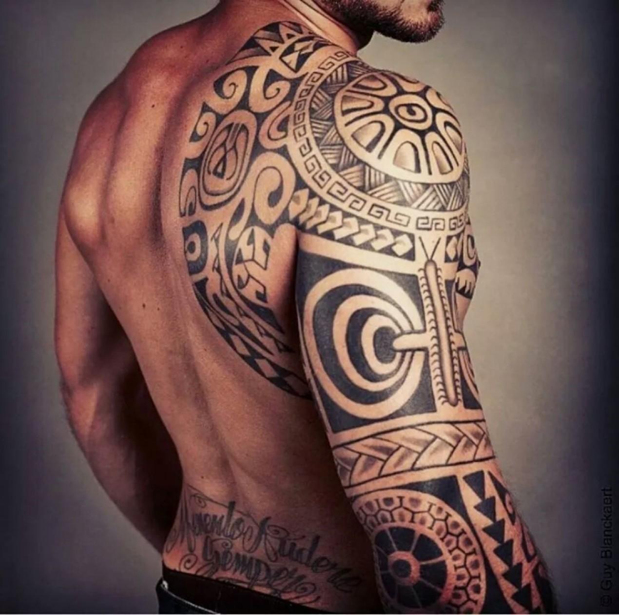 Tatouage polyn sien bras homme mod les et exemples - Tatouage omoplate homme ...