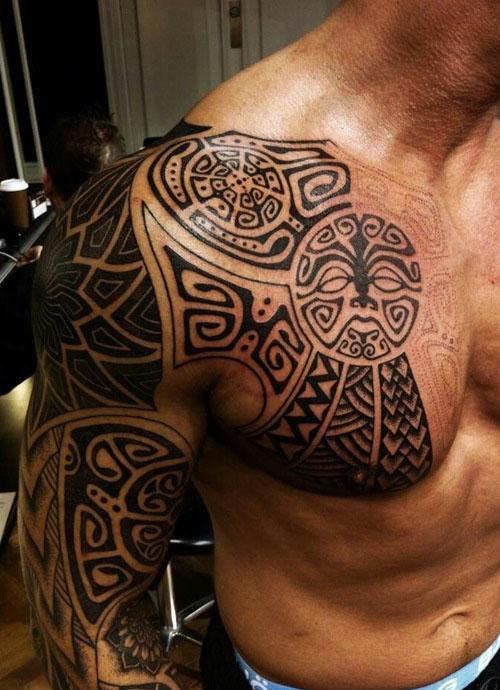Tatouage tribal homme épaule pec