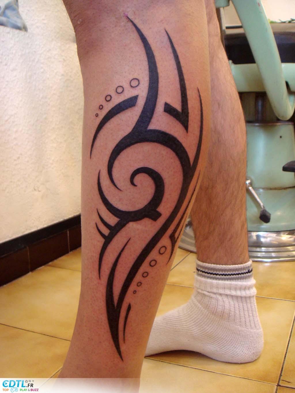 Tatouage tribal mollet homme