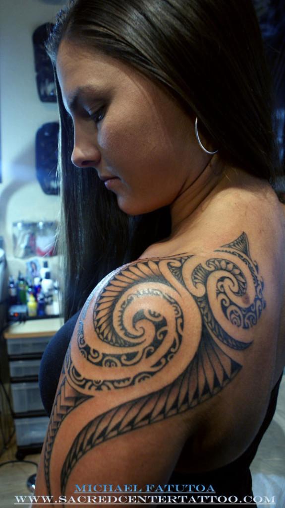 Tatouage tribal omoplate femme