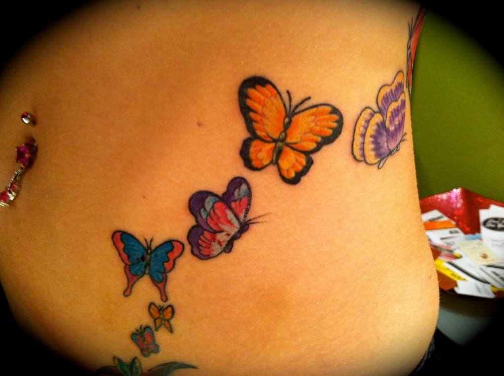 tatouage ventre papillon